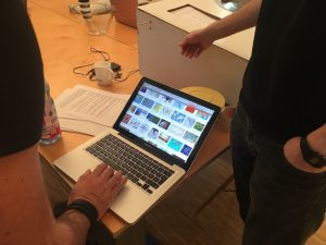 Designstudenten beratschlagen sich im Unterricht