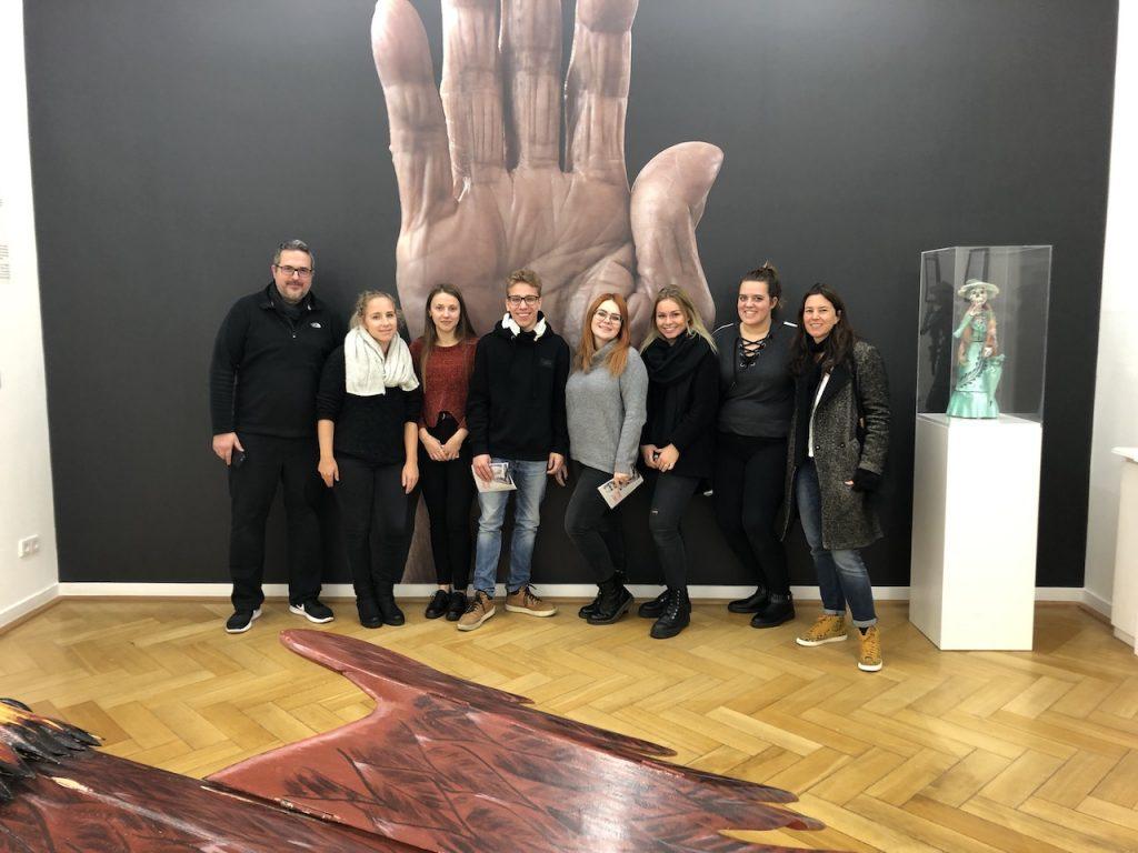 Designstudenten der European School of Design zusammen mit Sandra Mann und Karsten Thormaehlen im Weltkulturen Museum
