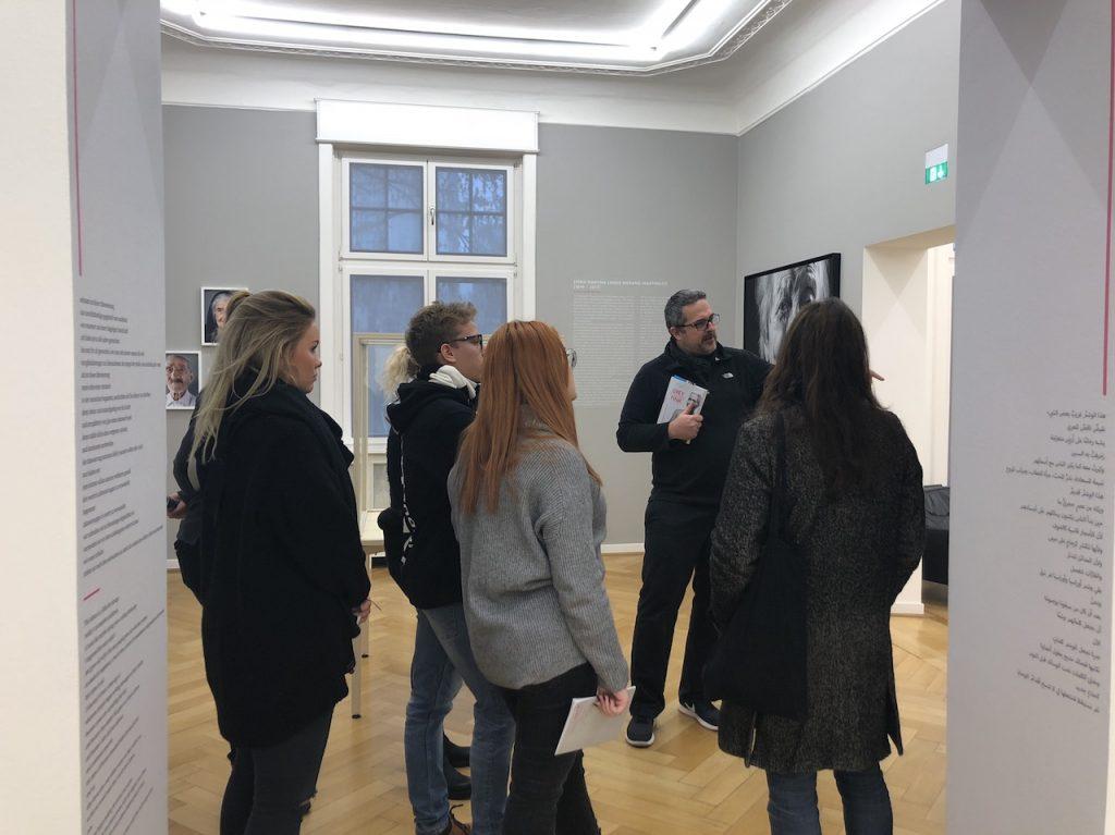 Designstudenten werden von Karsten Thormaehlen durch die Ausstellung Grey is the New Pink geführt