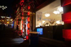 Designstudent erkundet Stadt im Neonlicht...