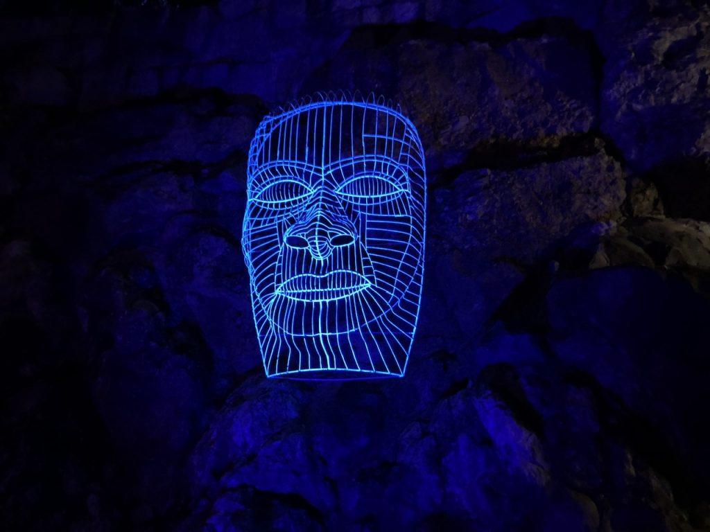 Leuchtende Maske im Palmengarten Frankfurt