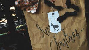 designstudentin verpackt weihnachtsgeschenke