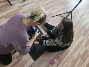 Designstudentinnen arbeiten an einem Stop-Motion Film