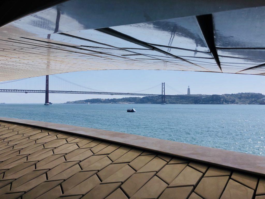 Blaues Meer als Kulisse vor dem MAAT Museum in Lissabon