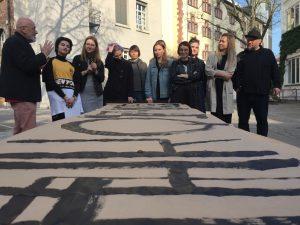 Prof. Serge Serov, Katerina Terekhova und Peter Bankov mit einigen Teilnehmer*innen auf dem Campus