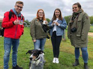 Designstudenten fotografieren beim Hunderennen