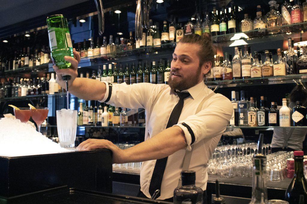 Designstudentin porträtiert Bartender Gabriel Daun bei der Arbeit