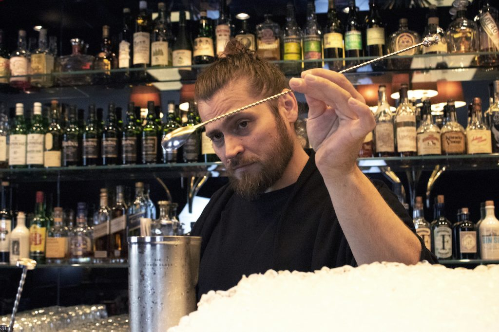 Designstudentin porträtiert Bartender Gabriel Daun in seiner Bar Gekkos in Frankfurt