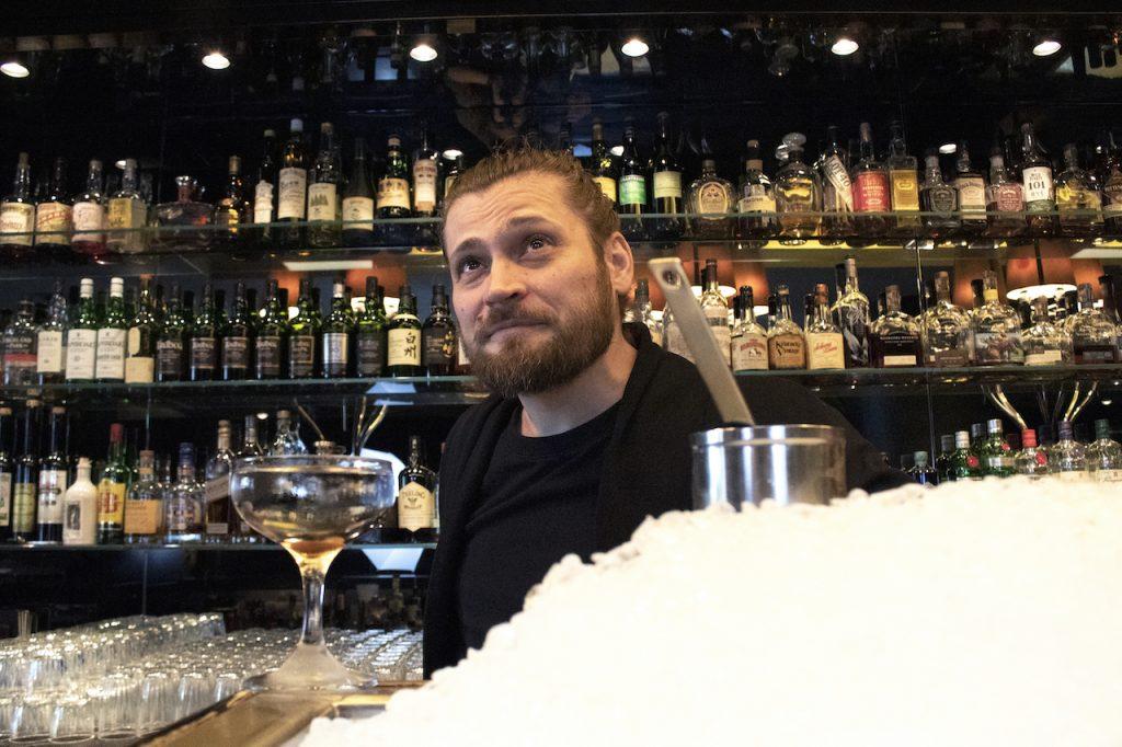 Porträt von Bartender Gabriel Daun in seiner Bar