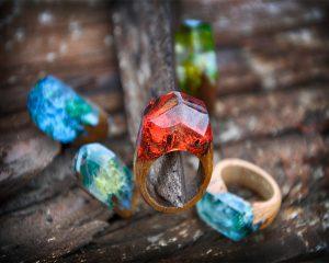 Ringe aus Holz und Harz