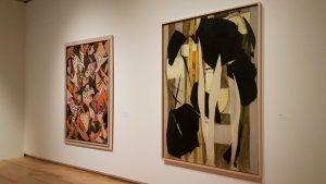 Designstudenten bei expressionistischer Kunstausstellung
