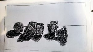 Designstudent sortiert Zeichnungen